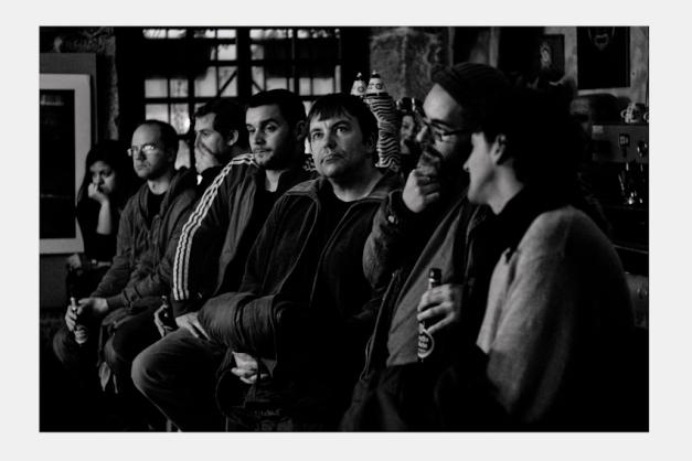"""Los músicos (Marcos Pin, Manolo Gutierrez y Rafa           Fernández) en la barra.          Concierto """"Valentín Caamaño cuarteto""""           Café Free jazz """"El Puente"""" 08/03/2013"""